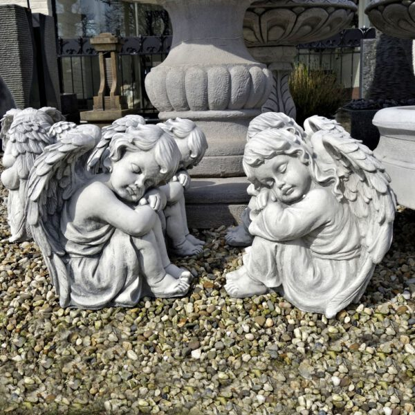 Engel zittend links en rechts jongen meisje