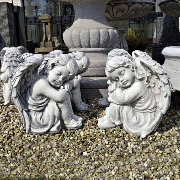 Engel sitzt links und rechts Junge Mädchen