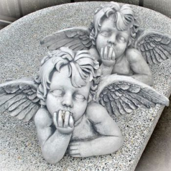 Engel leunend op elleboog