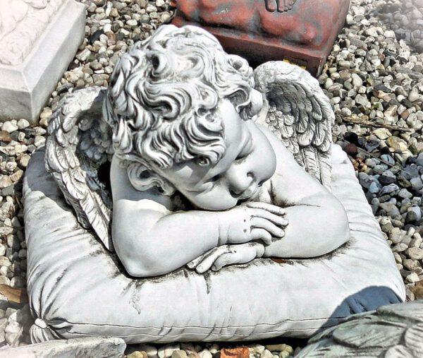 Engel slapend op kussen