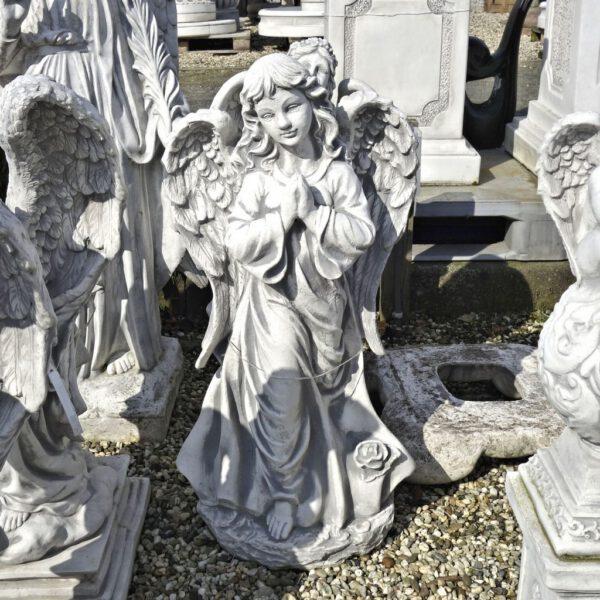 Engel staand met handen gevouwen