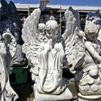 Engel meisje knielend biddend