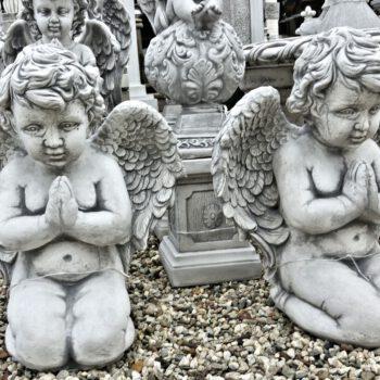 Engel jongen knielend biddend