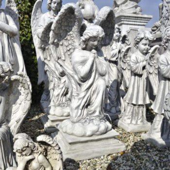 Engel kniend betend mittel