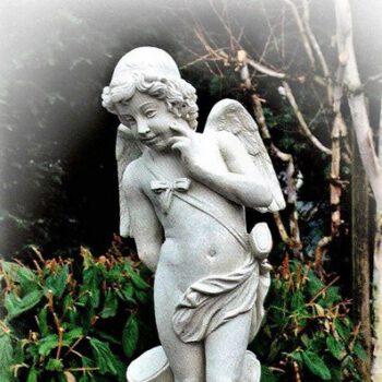 Engel bij boomstam