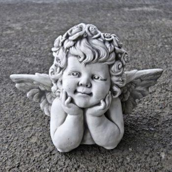 Engel met handen onder gezicht