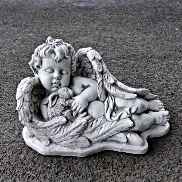 Engel liegt mit Kaninchen
