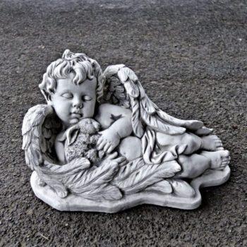 Engel liggend met konijn