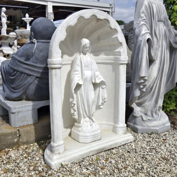 Mariabeeld in nis