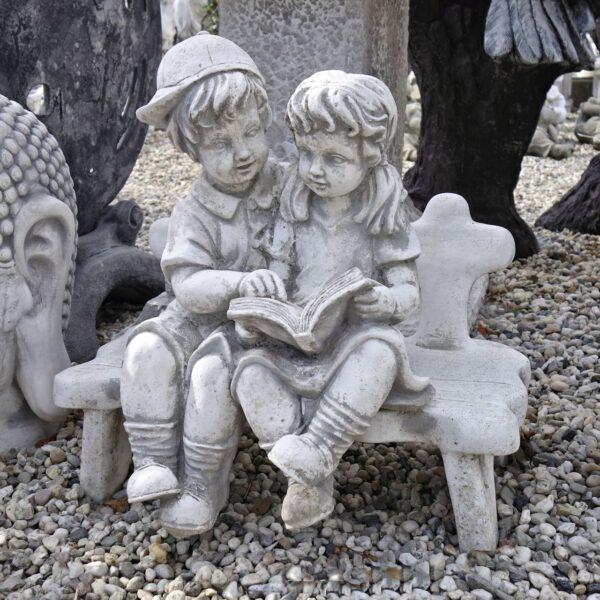 Kinderen klein op bankje
