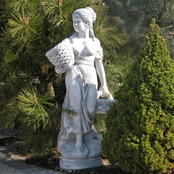 Vrouw met twee mandjes groot