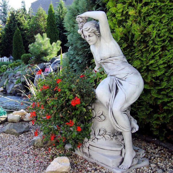 Frau mit Blumenkasten