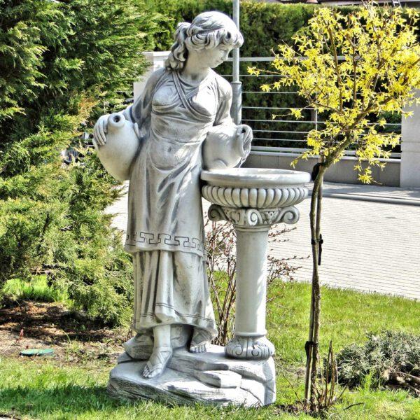 Frau neben Blumenkasten