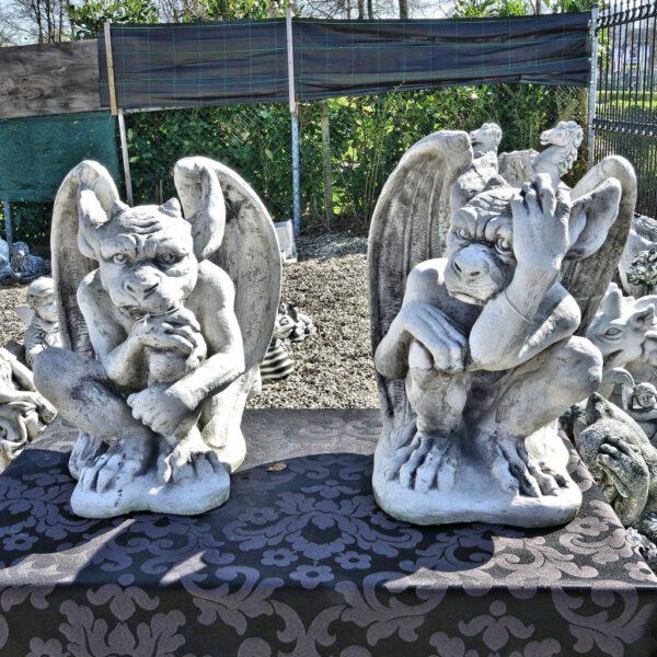 Gargoyle zittend met hoorns