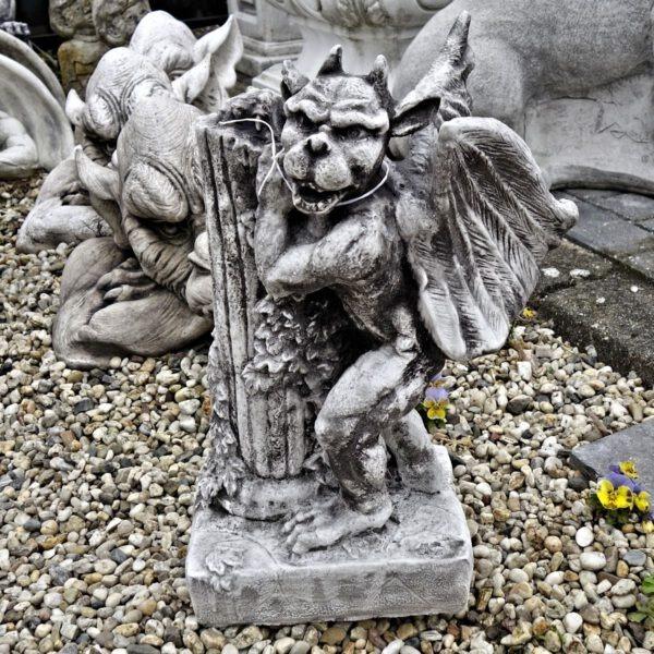 Gargoyle staand bij pilaar