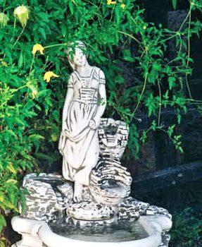 Vrouwtje met bloembakjes fontein