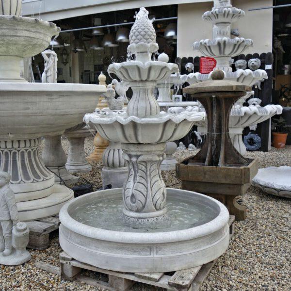 Dennenappel fontein met bak