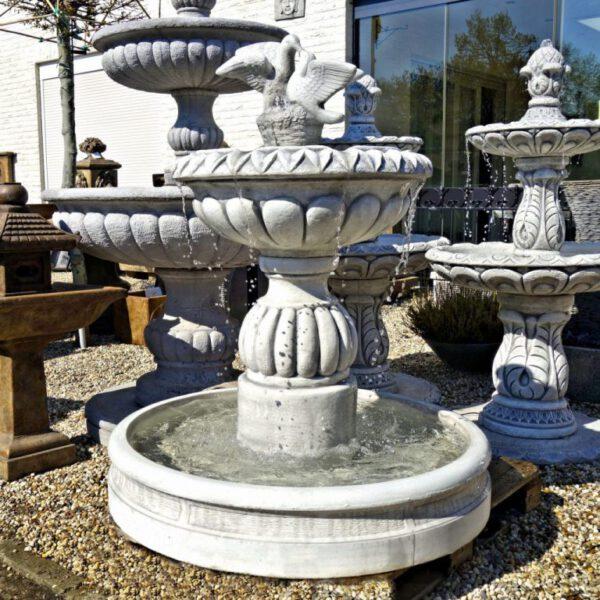 Duiven fontein met bak